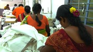 Kledingarbeidsters aan het werk in een fabriek