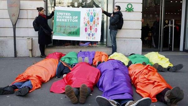 Flashmob voor Benettonwinkel in Parijs © Ljubisa Danilovic