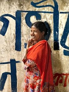 """Nurun Nahar is geboren en getogen in het oude gedeelte van Dhaka. Sinds 1989 werkt ze in de kledingfabriek. """"Ik begon als hulpje, de laagste functie in de fabriek met het bijbehorende lage salaris. Tegenwoordig werk ik achter de naaimachine in een fabriek die voor Europese merken kleding maakt. Welke merken? Dat weet ik niet precies."""" Er gaan vooral veel spijkerbroeken door haar handen, maar er komen ook jassen en rokjes voorbij."""