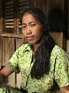 """Tien jaar geleden arriveerde Thy in Phnom Penh vanuit het omliggende platteland om te gaan werken. Ze deelt een kamer met een kennis waar ze 23 dollar per maand voor betaalt. """"Toen ik aan mijn eerste baan in een kledingfabriek begon kon ik nog niets. Hoewel ik graag achter de naaimachine wilde mocht dat niet. Ik had de vaardigheden niet"""". Ze deed niet wat ze wilde en kreeg slecht betaald. """"Ik kreeg stukloon: per stuk 50 dollarcent. Maar een stuk waren 100 onderbroeken! Per dag kon ik er 200 afwerken""""."""