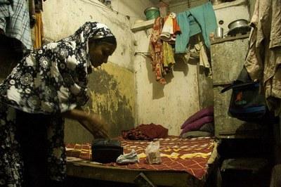 In de woonruimte van een kledingarbeidster in Bangladesh