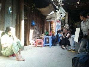 In december 2013 reisde ik in opdracht van Schone Kleren Campagne naar Bangladesh en Cambodja. We ontmoetten daar 8 vrouwen die werkzaam zijn in de kledingindustrie. De een was wat verlegen, de andere juist heel extravert, maar iedereen vond het erg leuk om gefotografeerd te worden. Naast het fotograferen hadden we ook veel gesprekken (via een tolk natuurlijk).