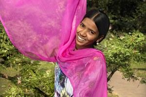 Who Runs the World? Girls! (vrij naar het nummer van Beyoncé) toont de kracht van negen stoere vrouwen uit Cambodja en Bangladesh. Ze werken daar keihard aan de kleding die wij hier uit de rekken grissen - en ze gebruiken hun spierballen om hun situatie en die van hun collega's te verbeteren. Ontdek hun drijfveren om zich hard te maken voor betere arbeidsomstandigheden, hoe dat hun eigen leven heeft veranderd en hoe jij kunt helpen.