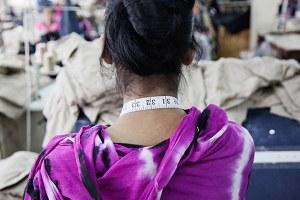 Vrouwen runnen de kledingindustrie. Ze shoppen de meeste kleding, werken in modezaken, staan op de covers van modebladen, en… zitten in Aziatische kledingfabrieken achter de naaimachine. Deze vrouwen aan de andere kant van de wereld zien van hun harde werk maar weinig terug.