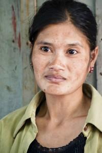 Rom Sokha, arbeidster in de Yung Wah Industrial Co. fabriek
