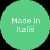 Italië is natuurlijk vooral bekend vanwege luxemerken zoals Louis Vuitton, Armani, Prada en Dior, maar het land heeft ook nog steeds een flinke kledingindustrie. Deze industrie ontstond aan het begin van de negentiende eeuw in Milaan, nog steeds dé modestad, met de bijbehorende negentiende-eeuwse arbeidsomstandigheden. De Italiaanse kledingindustrie bestaat uit vooral kleine en middelgrote bedrijven, zo'n 50.000 in totaal, die gemiddeld 8.5 mensen in dienst hebben. Hierdoor is de sector verantwoordelijk voor ruim 14% van de werkgelegenheid in de maakindustrie, de belangrijkste na de metaalindustrie.