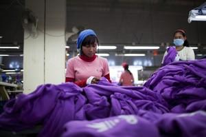 Wat zouden kledingmerken moeten doen om de arbeidsomstandigheden te verbeteren?