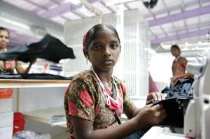 Jonge vrouwen uitgebuit in Indiase kledingfabrieken