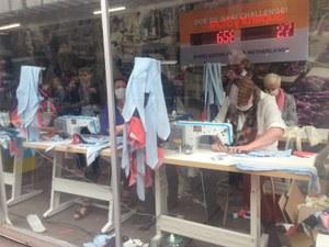 Politici aan het werk in Bengaalse sweatshop